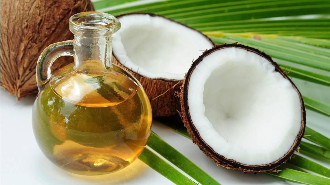 Jak nakładać olejek kokosowy na włosy i czy warto?