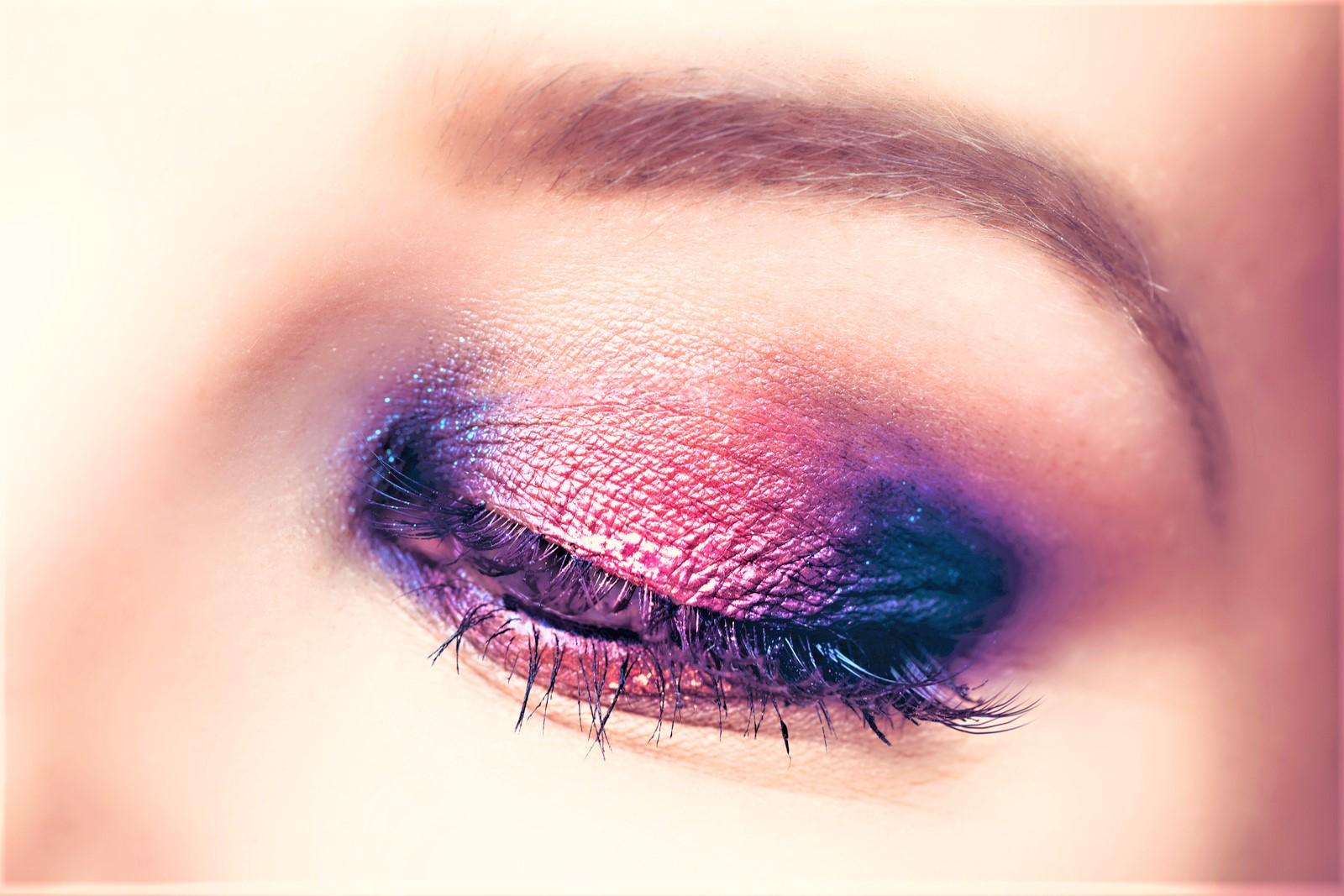 Jak zrobić rozświetlający makijaż oczu?